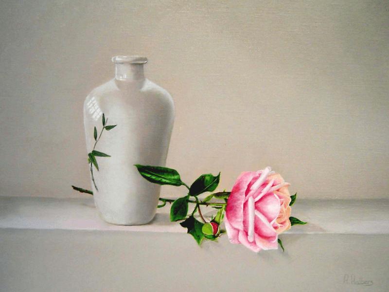 Witte vaas en rose roos